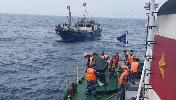 Cảnh sát biển Việt Nam cứu hộ tàu cá gặp nạn trên biển. Ảnh: Cổng thông tin Bộ Quốc phòng.