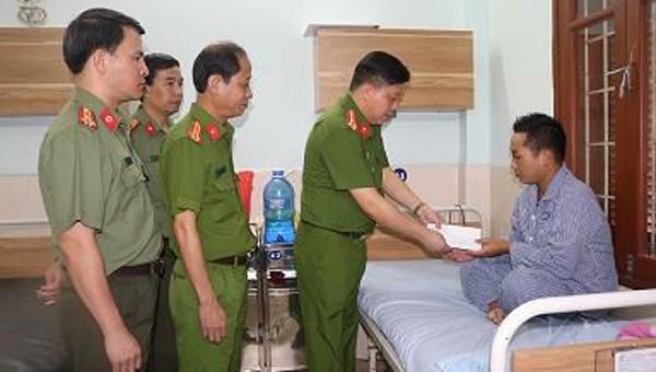 Thượng tá Bùi Trung Thành, Phó Giám đốc Công an TP Hải Phòng đến thăm, động viên Thiếu úy Nguyễn Văn Dũng.