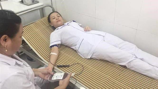 Điều dưỡng Bệnh viện Đa khoa khu vực Tây Bắc Nghệ An hiến máu để cứu bệnh nhân. Ảnh: TTXVN