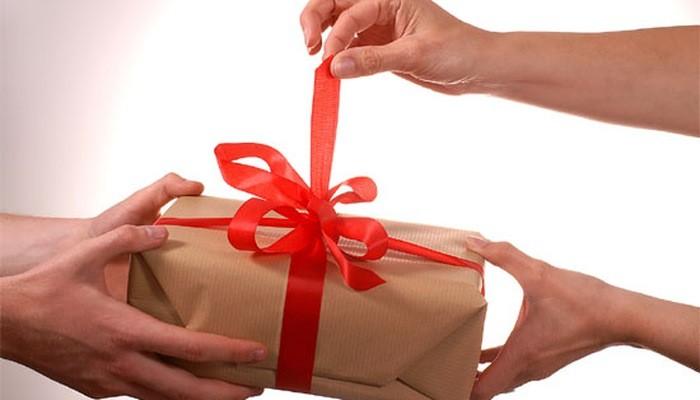 Xử lý thế nào với quà biếu do cán bộ nộp lại?