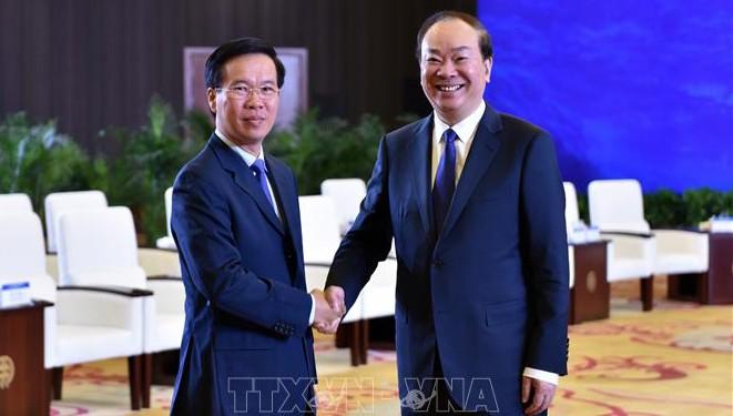 Trưởng Ban Tuyên giáo Trung ương Đảng Cộng sản Việt Nam Võ Văn Thưởng và  Trưởng Ban Tuyên truyền Trung ương Đảng Cộng sản Trung Quốc Hoàng Khôn Minh.