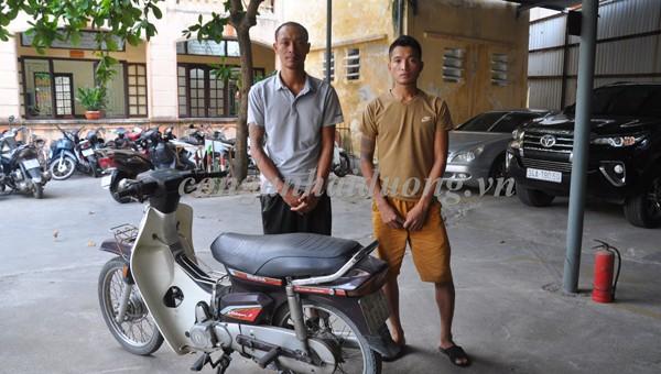 Hai đối tượng Phạm Như Toàn (bên phải) và Lê Văn Dương (bên trái) và chiếc xe máy dùng đi cướp. Ảnh: Công an tỉnh Hải Dương.