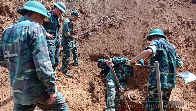 Lực lượng công binh đào, di chuyển quả bom Ảnh: Công an tỉnh Bắc Kạn.