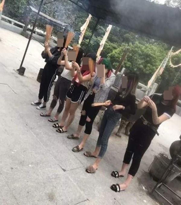 Hình ảnh về nhóm 6 cô gái nhuộm tóc xanh, quần áo chưa chỉnh tề đến lễ chùa được cộng đồng mạng chia sẻ.