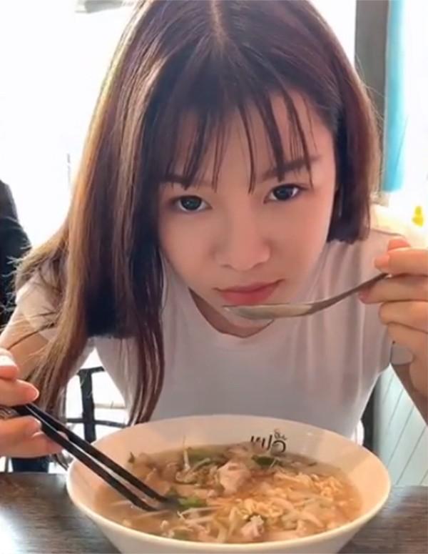 Yến Xuân thích nấu ăn hơn từ khen hẹn hò Văn Lâm. Ảnh: Instagram.