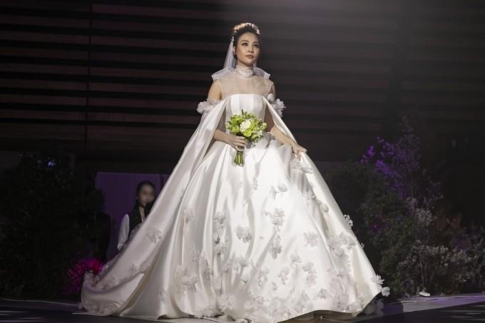 Cường Đôla liên tục hôn vợ Đàm Thu Trang trong tiệc cưới