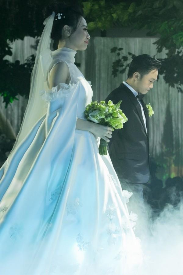 Cường Đôla liên tục hôn vợ Đàm Thu Trang trong tiệc cưới - 3