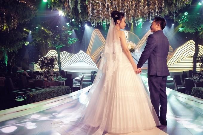 Đàm Thu Trang sử dụng giày Lọ Lem 5.000 USD trong tiệc cưới - 5