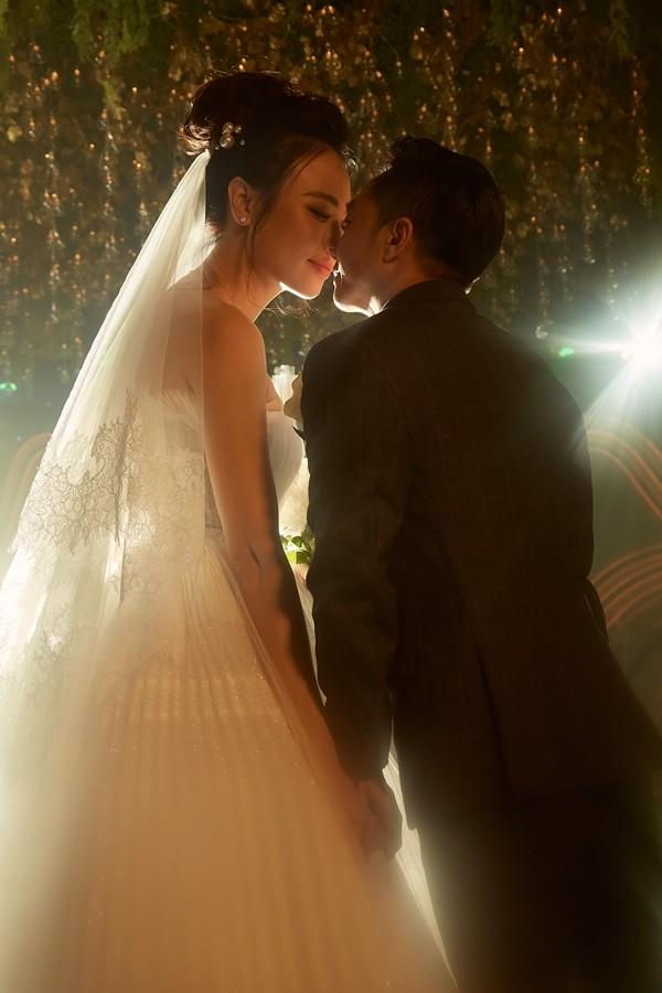 Đàm Thu Trang sử dụng giày Lọ Lem 5.000 USD trong tiệc cưới - 8