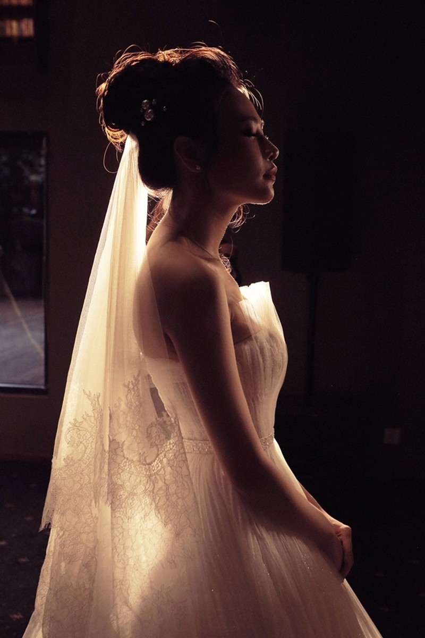Khoảnh khắc hồi hộp của người đẹp trước giờ làm hôn lễ.