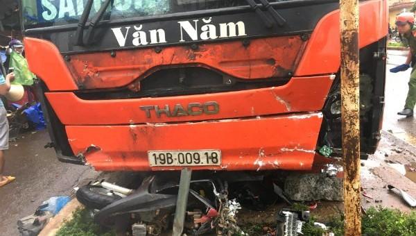 Tông 1 phụ nữ qua đường, xe khách lao vào khu chợ, 3 người thiệt mạng