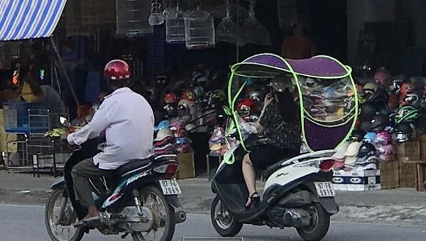 Xa máy gắn mái che tham gia giao thông tại khu vực Chợ Bắc Kạn. Ảnh: Công an tỉnh Bắc Kạn