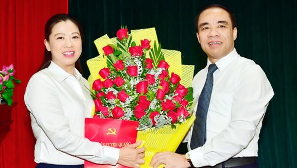 Bí thư Tỉnh ủy Tuyên Quang Chẩu Văn Lâm trao quyết định của Ban Bí thư chuẩn y bà Lê Thị Kim Dung giữ chức vụ Ủy viên Ban Thường vụ Tỉnh ủy.