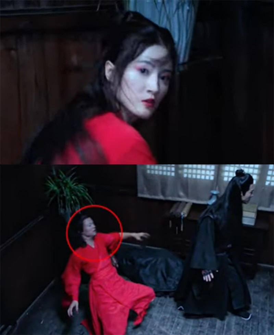 Diễn viên đóng thế nam (dưới) giúp sao nữ đóng cảnh ngã xuống sàn.