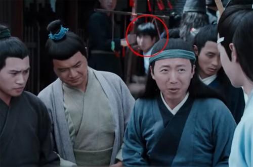 Người đàn ông tóc ngắn lấp ló ở một cảnh quay.