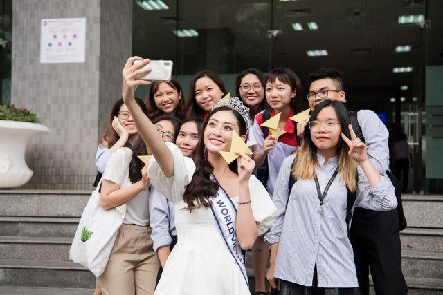 Cả trường bật cười vì câu nói ngây thơ của Hoa hậu Lương Thuỳ Linh - 4