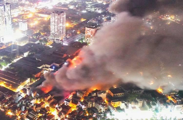 Cột khói bốc cao từ hiện trường vụ cháy. Ảnh: Ngọc Thành