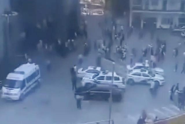 Các phương tập trung tại Trường Tiểu học Chaoyangpo sau vụ tấn công. (Ảnh: Miaopai )
