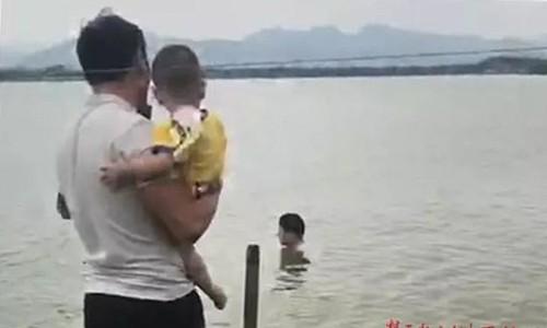 Anh Vương bế con chạy theo người lạ xuống nước để khuyên họ thôi tự tử. Ảnh:ctdsb.