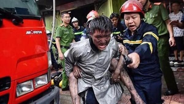 Chuyện chưa kể sau bức ảnh chiến sỹ PCCC cõng người thoát khỏi đám cháy