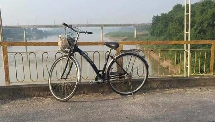 Chiếc xe đạp của chị H. trên cầu. Ảnh: Báo Người lao động.
