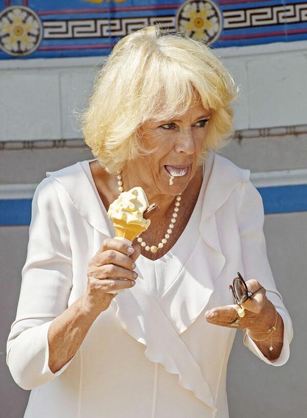 Nữ công tước xứ Cornwall, bà Camilla, ăn kem rớt tùm lum.