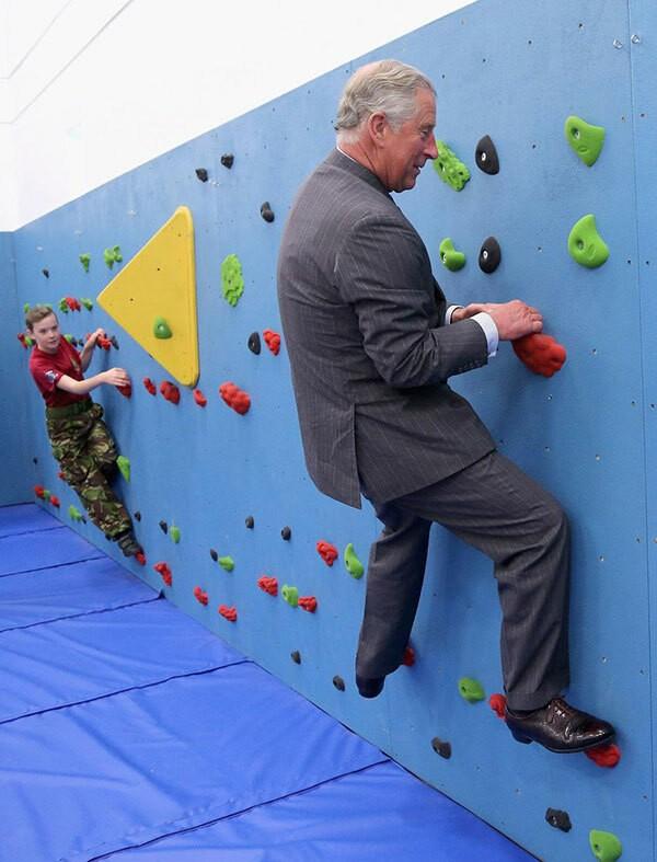 Thái tử Charles (70 tuổi) bối rối chơi trò leo núi trong nhà.