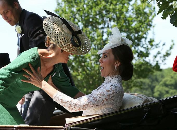 Nữ bá tước xứ Wessex bị mất thăng bằng và suýt ngã vào Nữ công tước xứ Cambridge trên xe ngựa.