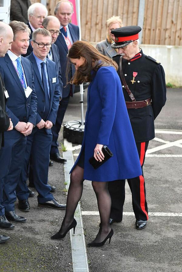 Kate bị mắc gót giầy vào nắp rãnh thoát nước...