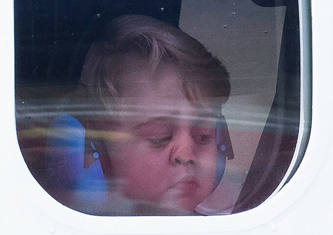 Hoàng tử George áp sát mặt vào cửa kính máy bay khiến chiếc mũi biến dạng.