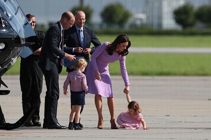 Công chúa Charlotte ăn vạ trên đường băng khi đi công du cùng bố mẹ và anh trai George.