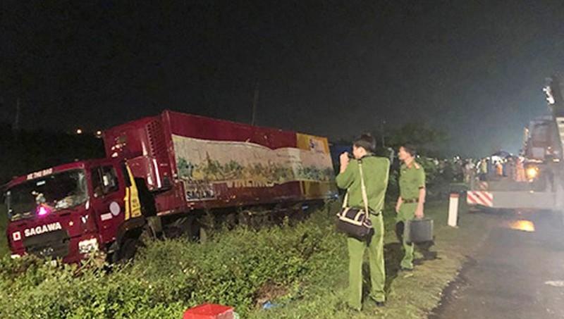 Ô tô container cuốn 2 nam thanh niên xuống vệ đường, 1 người tử vong