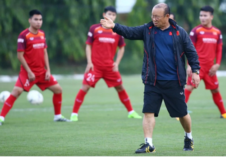 HLV Park Hang-seo khá căng thẳng trong buổi tập chiều 7/10 tại Trung tâm đào tạo bóng đá trẻ VFF.