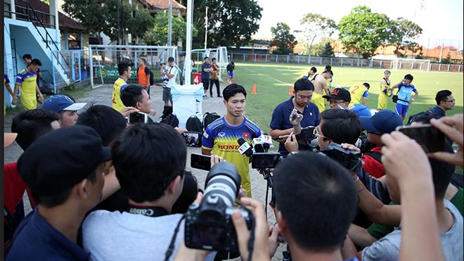 Công Phượng trả lời phỏng vấn ở Bali nhưng không được HLV Park Hang Seo sử dụng tối 15/10 khi đối đầu Indonesia. Ảnh: Hoàng Linh