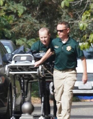 Các nhân viên pháp y di chuyển thi thể bà Valerie khỏi hiện trường. Ảnh: Splash News