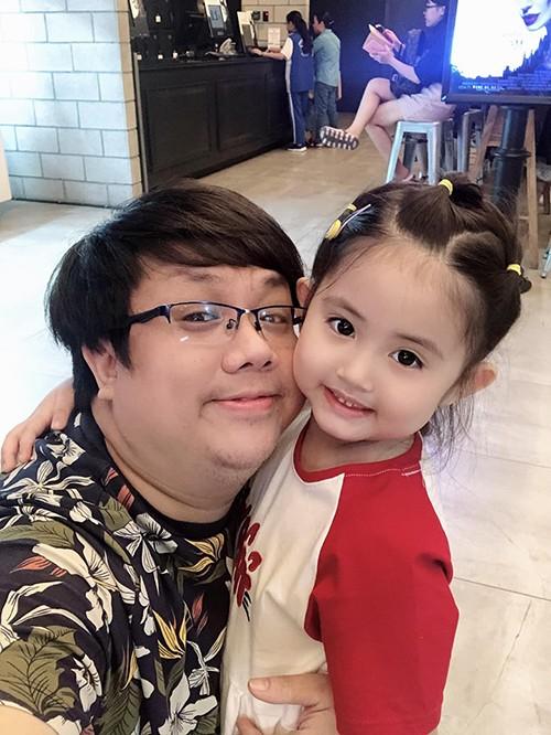 Nghệ sĩ hài Gia Bảo dẫn con gái Grammy đi xem phim.