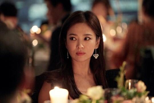 Song Hye Kyo trong tiệc tối với sự kiện.