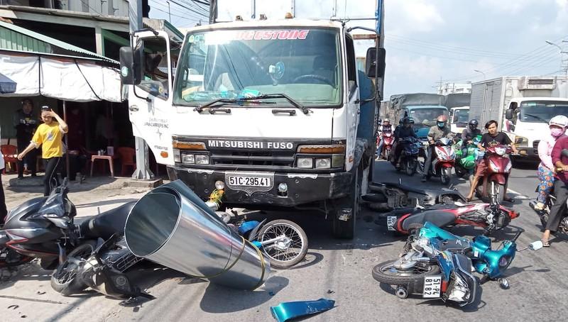 Xe tải tông loạt xe máy dừng đèn đỏ, 4 người phải cấp cứu