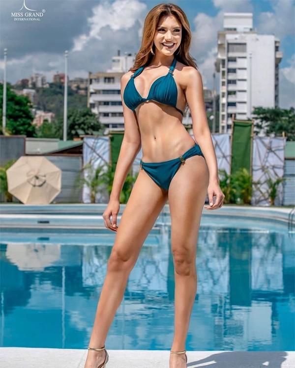 Tân hoa hậu sinh năm 2000. Cô có số đo 3 vòng lý tưởng89 - 61 - 89 cm và cao 1,80 cm.