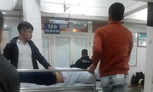 Chú rể Điểm (nằmcáng) được đưa vào bệnh viện vì ngã gãy tay.Ảnh: Nguyễn Tuấn Vũ.