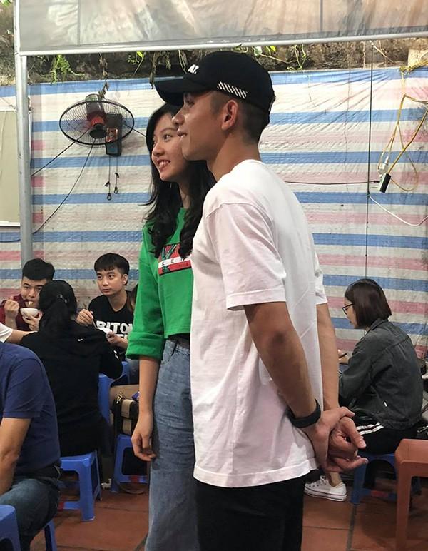 Hồng Duy chụp ảnh với fan nữ khi đi ăn ngan cháy tỏi cùng các đồng đội. Ảnh: FB.