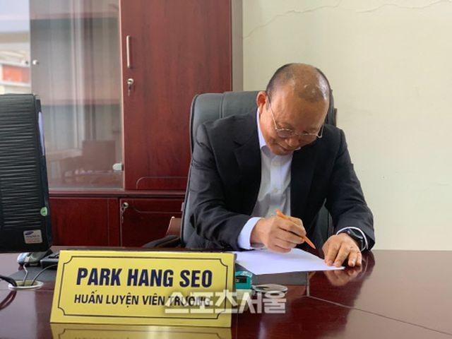 Báo Hàn Quốc tiết lộ mức lương mới trong hợp đồng của HLV Park Hang Seo - 1