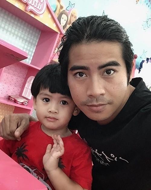 Thanh Bình chụp ảnh cùng con trai.