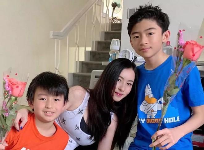 Trương Bá Chi và hai con trai.
