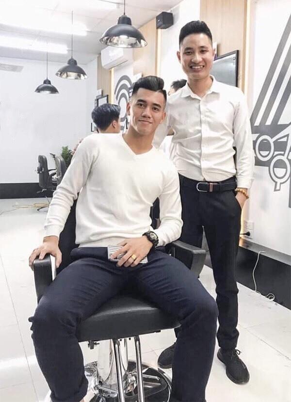 Tiến Linh đi cắt tóc, một ngày sau trận đấu với UAE. Ảnh: NTL.