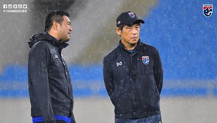 Nishino trao đổi với một trợ lý trong buổi tập làm quen sân Mỹ Đình chiều 18/11. Ảnh: Changsuek.