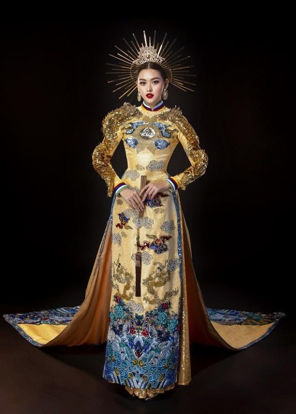 Chiếc áo dài của Hồ Hoàng Ca Dao giúp Tường San thắng giải Trang phục dân tộc đẹp nhất.