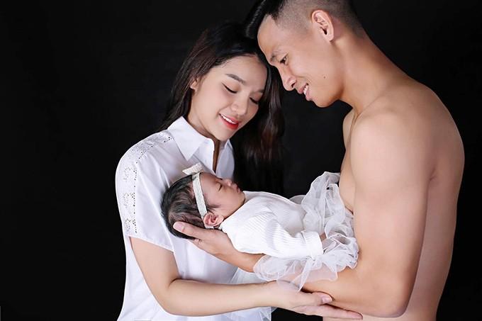 Vợ chồng Bùi Tiến Dũng và con gái. Ảnh: NKL.