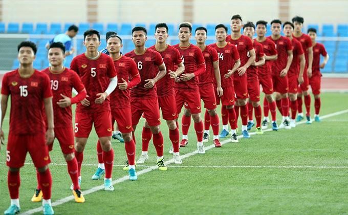 Cầu thủ U22 Việt Nam khởi động trong buổi tập chiều 24/11. Ảnh: Đức Đồng.