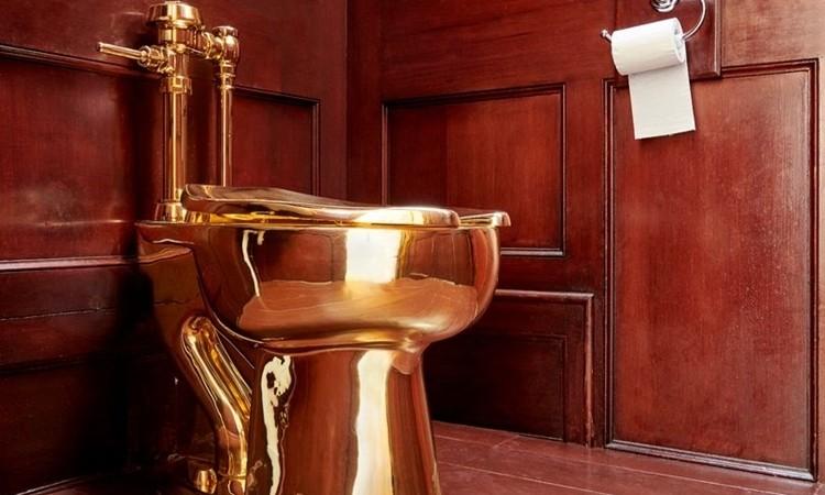 Toilet được trưng bày ở Cung điệnBlenheim trước khi biến mất ngày 14/9. Ảnh: PA.